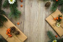 Julklappar som slås in i kraft papper med naturlig garnering Lekmanna- lägenhet, bästa sikt fotografering för bildbyråer