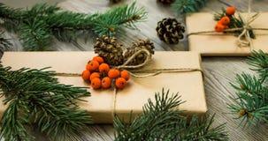 Julklappar som slås in i kraft papper med naturlig garnering Vinkelsikt royaltyfria bilder