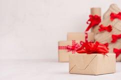 Julklappask av den kraft closeupen och julträdet, gåvaaskar på den vita trätabellen med kopieringsutrymme arkivfoton