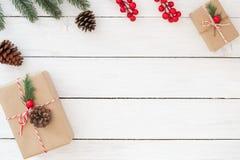 Julklappgåvaaskar med garnering på vit träbakgrund arkivfoton