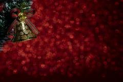 Julklocka på gullig röd prickbakgrund arkivbilder