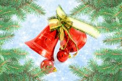 Julklockor med pilbågen på skinande bakgrundssnöflingor Arkivbilder