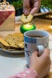 Julkoppar, varm choklad och kakor arkivfoto