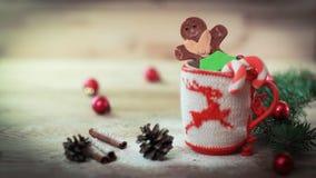 Julkoppprydnad och en rolig pepparkaka på en trätabell Royaltyfria Bilder