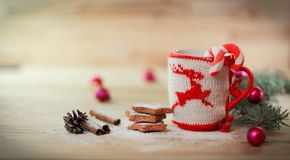 Julkoppprydnad och hemlagade bakelser på en trätabell Royaltyfria Foton