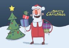 Julkort av roliga le Santa Claus Jultomten bär gåvor i färgrika askar nära julgranen i natten vektor illustrationer