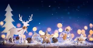 Julkort - den snöig prydnaden med sörjer kottar royaltyfria foton