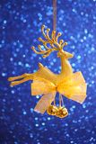 Julkort - guld- renprydnad Royaltyfri Bild
