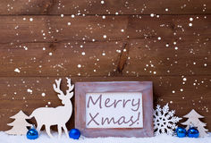 Julkort med blå garnering, glad Xmas, snöflingor Arkivfoto