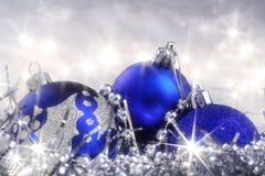Julkort med blåa prydnadar Arkivbild