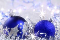 Julkort med blåa prydnader Arkivbilder