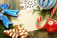 Julkort med bollar, godisen och snowflakes. Royaltyfri Bild