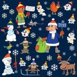 Julkort med den dekorerade xmas-treen snowmen fåglar little År av svinet arkivfoto