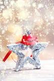 Julkort med den festliga stjärnan, snö och det röda bandet på abstrac Royaltyfria Foton