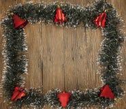 Julkort med en frans av filialer av julgranar och festliga leksaker på filialer Arkivbild