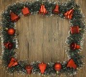 Julkort med en frans av filialer av julgranar och festliga leksaker på filialer Royaltyfri Fotografi
