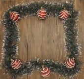 Julkort med en frans av filialer av julgranar och festliga leksaker på filialer Arkivfoto