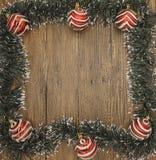 Julkort med en frans av filialer av julgranar och festliga leksaker på filialer Arkivfoton