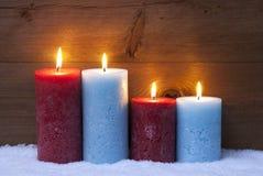 Julkort med fyra stearinljus för Advent Arkivbilder