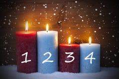 Julkort med fyra stearinljus för Advent, snöflingor Royaltyfria Bilder