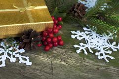 Julkort med gåvan, gran och stack snöflingor royaltyfria foton