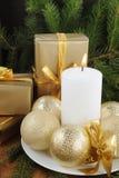 Julkort med garneringar - vit stearinljus, xmas-träd- och färgbollar royaltyfria foton