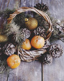 Julkort med granfilialer och garnering arkivbilder