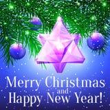 Julkort med granris, den ovanliga glas- leksaken och lilabal Royaltyfria Bilder