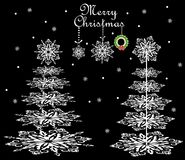 Julkort med pappers- snöflingabarrträd Arkivbild