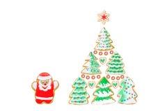 Julkort med pepparkakor, kakajultomten, träd, snöflinga på vit Arkivbilder