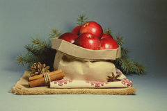 Julkort med röda äpplen royaltyfri bild
