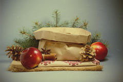 Julkort med röda äpplen royaltyfri foto