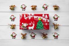 Julkort med santa på vit träbakgrund xmas arkivbild