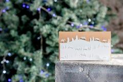 Julkort med vinterlandskap snöflingor, jul och garnering för lyckligt nytt år diy begrepp bluen clouds skysnowsticken royaltyfria foton