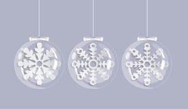 Julkort med vita snöflingor i exponeringsglasbollar stock illustrationer
