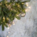 Julkort på det gamla tappningbrädet med filialjulträdet, träsnöflingor och boll- och glödaljus nytt år fotografering för bildbyråer