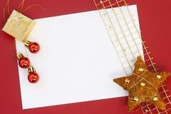 Julkort på röd bakgrund Royaltyfri Bild