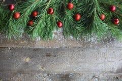 Julkort på träbakgrund Fotografering för Bildbyråer