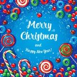 Julkortaffischbaner med isbokstäver, granfilialer, gåvor och godisar på en röd bakgrund Arkivbilder
