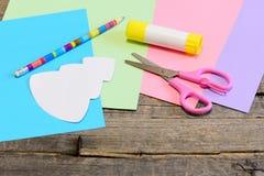 Julkortanvisning moment Trädmallen, färgat papper täcker, sax, limpinnen, blyertspenna på träbakgrund Royaltyfri Fotografi