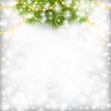 Julkortet med dekorerad guld för gran filialen pryder med pärlor girlanden Arkivbild
