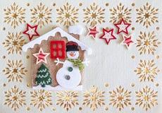 Julkortet med kopieringsutrymme, garnering gjorde av snögubben med trädet och stjärnor i lite hus stock illustrationer