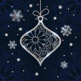 Julkortet med silver blänker struntsaken och snöflingor fotografering för bildbyråer