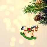Julkortet med trähourse på gran förgrena sig med snödeco Arkivbilder