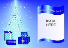 Julkortet som dekoreras med Xmas-trädet, bollar och gåvaaskar slösar ing2a Arkivfoto