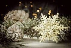 Julkortgarnering med granfilialer och garneringbeståndsdelar, selektiv fokus royaltyfri fotografi
