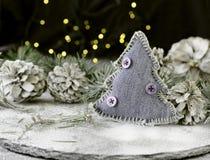 Julkortgarnering med granfilialer och garneringbeståndsdelar, selektiv fokus arkivfoton