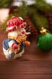 Julkottar och leksaker på tabellen Arkivbild