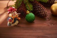 Julkottar och leksaker på tabellen Arkivbilder