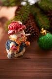 Julkottar och leksaker på tabellen Royaltyfria Foton